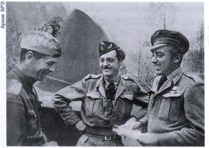 Лётчики французского авиационного полка «Нормандия» беседуют с советским пилотом. 1944.